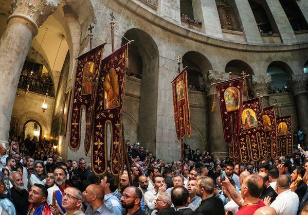 Wierzący przygotowują się do zstąpienia Świętego Ognia w Świątyni Grobu Pańskiego - Sputnik Polska