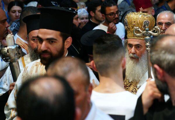Teofil III, patriarcha Jerozolimy (z prawej, w tle) przed rozpoczęciem obchodów zstąpienia Świętego Ognia w Świątyni Grobu Pańskiego - Sputnik Polska