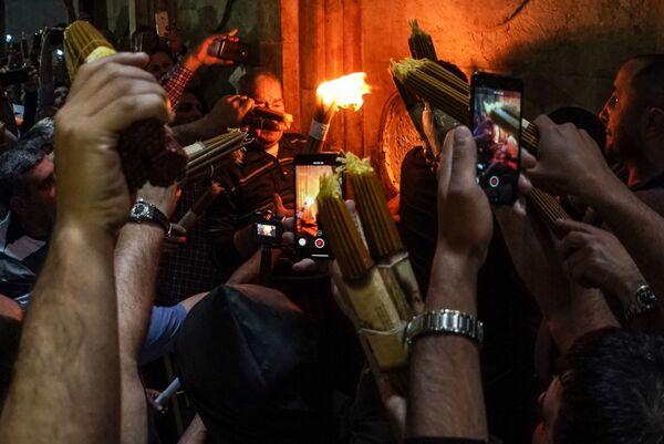 Wierzący świętują zstąpienie Świętego Ognia w Świątyni Grobu Pańskiego - Sputnik Polska