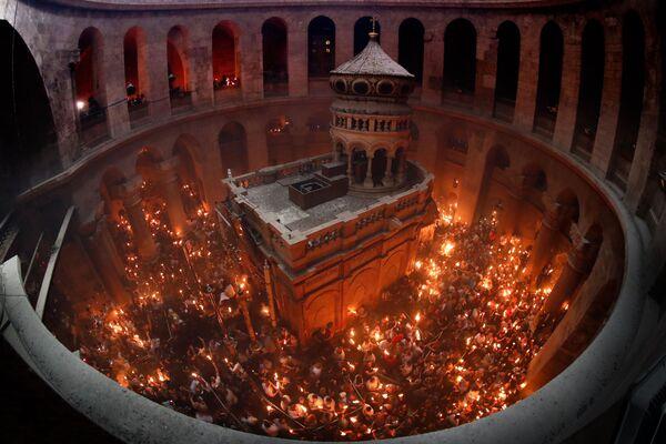 Wierzący świętują zstąpienie Świętego Ognia w Świątyni Grobu Pańskiego w Jerozolimie - Sputnik Polska
