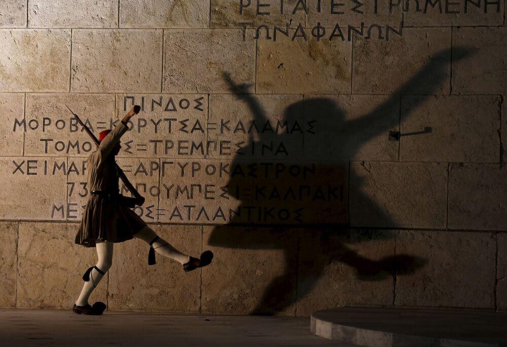 Żołnierz prezydenckiej gwardii przy Grobie Nieznanego Żołnierza w Atenach