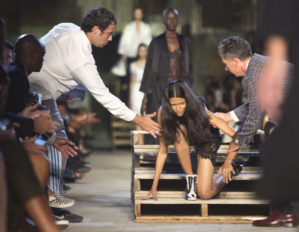 Modelka potknęła się na pokazie Givenchy podczas New York Fashion Week 2015 w Nowym Jorku