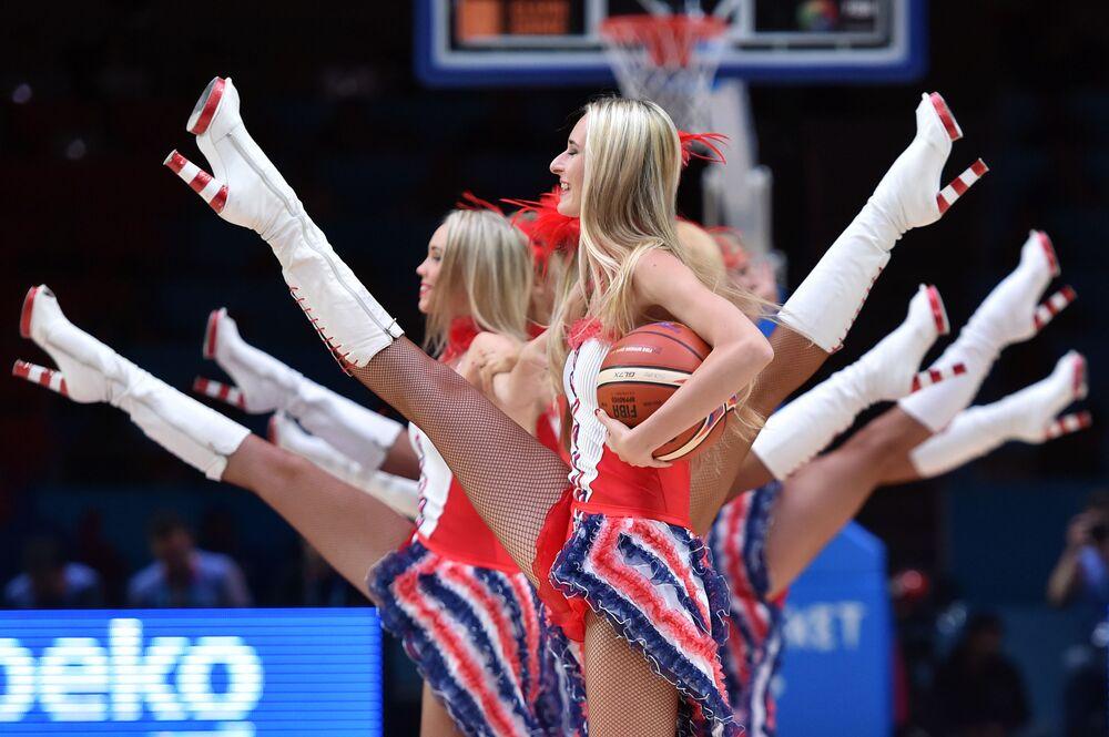 Dziewczyny tańczą podczas meczu koszykówki EuroBasket 2015