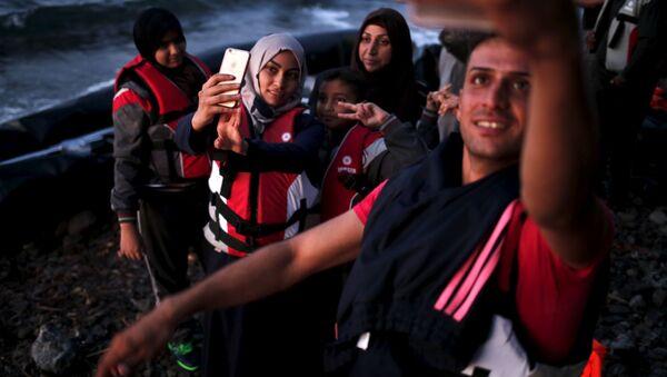 Uchodźcy z Syrii robią selfie po przynyciu na grecką wyspę Lesbos - Sputnik Polska