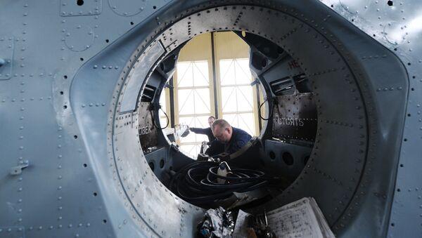 Pracownicy montują wojskowy śmigłowiec transportowy Mi-26T2. Zdjęcie archiwalne - Sputnik Polska