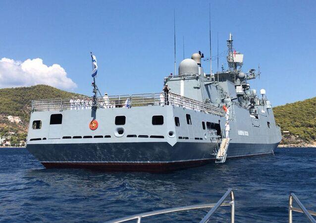 """Fregata """"Admirał Essen"""" Floty Czarnomorskiej Rosyjskiej Marynarki Wojennej, która udała się z wizytą do greckiego portu Poros"""