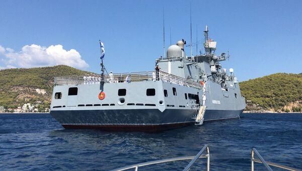 """Fregata """"Admirał Essen"""" Floty Czarnomorskiej Rosyjskiej Marynarki Wojennej, która udała się z wizytą do greckiego portu Poros - Sputnik Polska"""