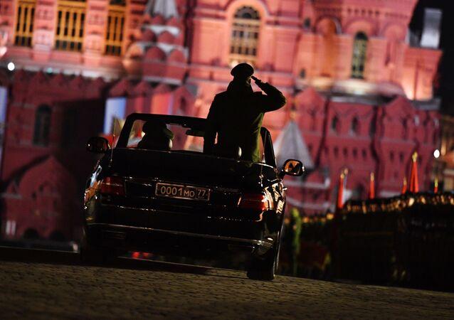 Kabriolet Aurus Senat na próbie defilady wojskowej na Placu Czerwonym w Moskwie poświęconej 74. rocznicy Zwycięstwa w Wielkiej Wojnie Ojczyźnianej