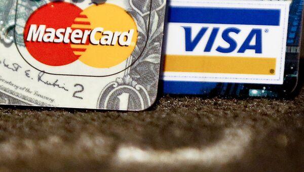 Karty bankowe międzynarodowych systemów płatniczych VISA i MasterCard - Sputnik Polska