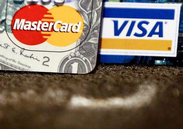 Karty bankowe międzynarodowych systemów płatniczych VISA i MasterCard.
