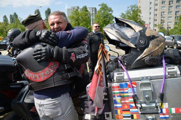 """Motocykliści klubu """"Nocne Wilki"""" złożyli kwiaty na Cmentarzu Żołnierzy Radzieckich w Warszawie - Sputnik Polska"""