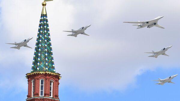 Odrzutowe ponaddźwiękowe bombowce strategiczne Tu-160 i samoloty bombowe średniego zasięgu Tu-22M - Sputnik Polska