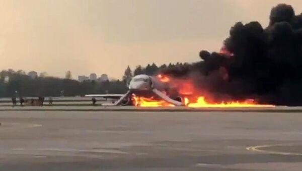 Superjet 100 zapalił się na lotnisku Szeremietiewo w Moskwie - Sputnik Polska