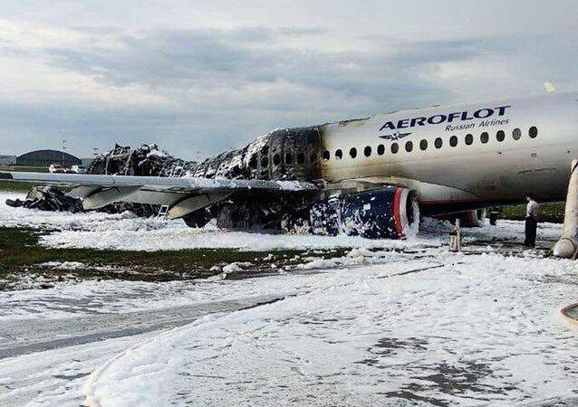 Kadłub samolotu Superjet 100 po porzaże na lotnisku Szeremietiewo w Moskwie