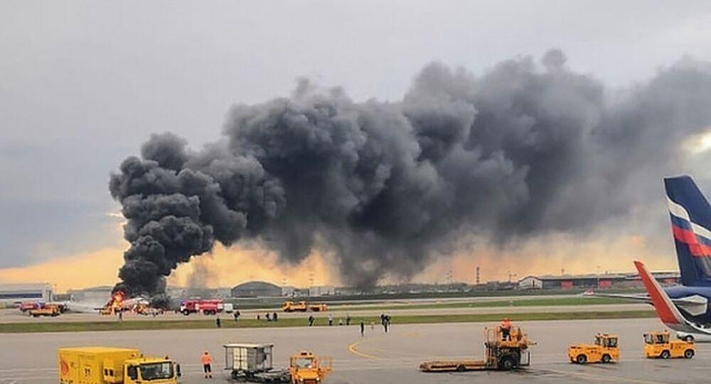Pożar na pokładzie samolotu na lotnisku Szeremietiewo w Moskwie