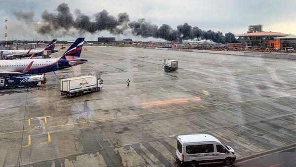 Pożar na lotnisku Szeremietiewo w Moskwie - Sputnik Polska