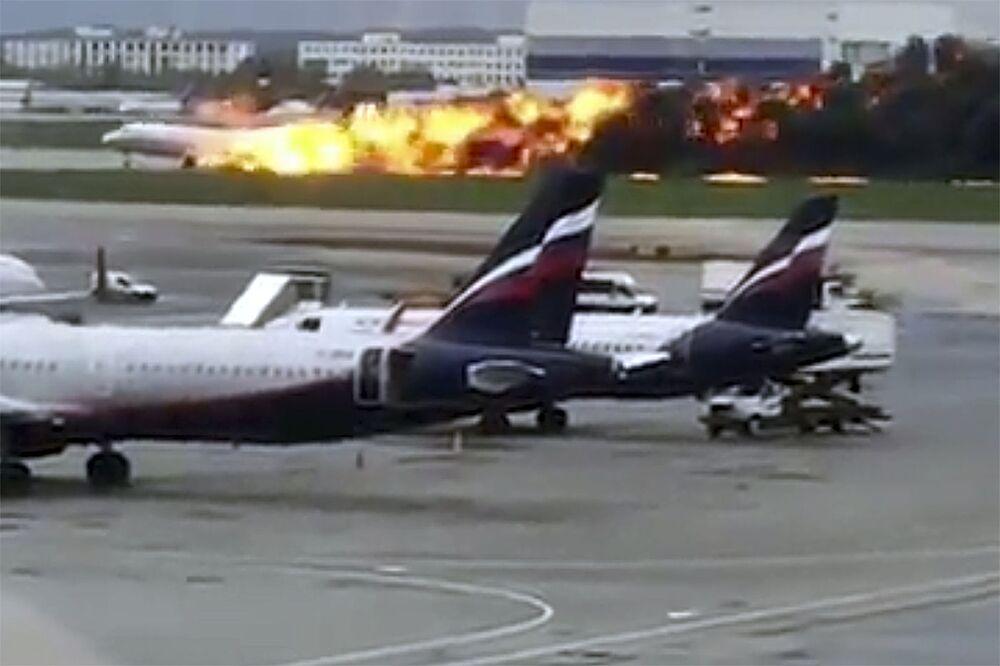 Pożar na pokładzie samolotu Superjet 100 podczas awaryjnego lądowania na lotnisku Szeremietiewo w Moskwie