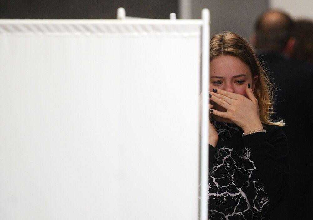 Dziewczyna przy gabinecie pomocy psychologicznej dla rodzin osób poszkodowanych podczas katastrofy lotnicznej na lotnisku Szeremietiewo w Moskwie