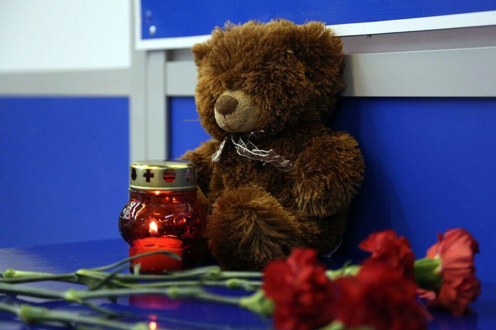 Kwiaty i znicze w porcie lotniczym Szeremietiewo w Moskwie