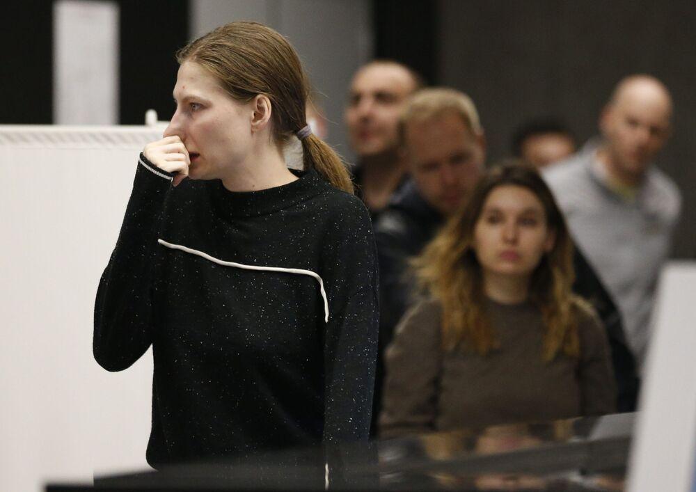 Krewni i przyjaciele ofiar katastrofy lotniczej samolotu Superjet 100 na lotnisku Szeremietiewo w Moskwie