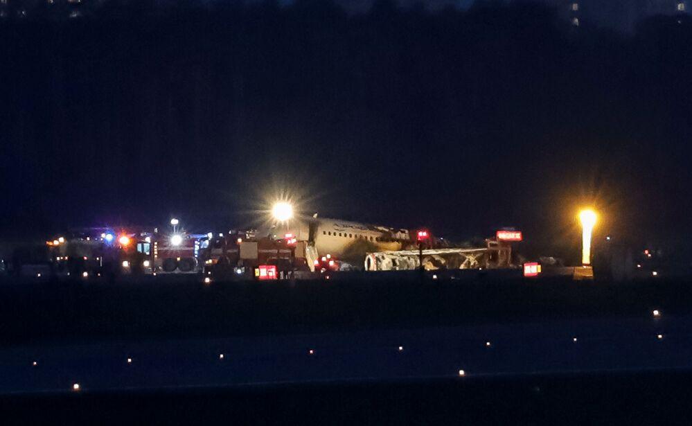 Awaryjne lądowanie samolotu Sukhoi SuperJet 100 na lotnisku Szeremietiewo w Moskwie