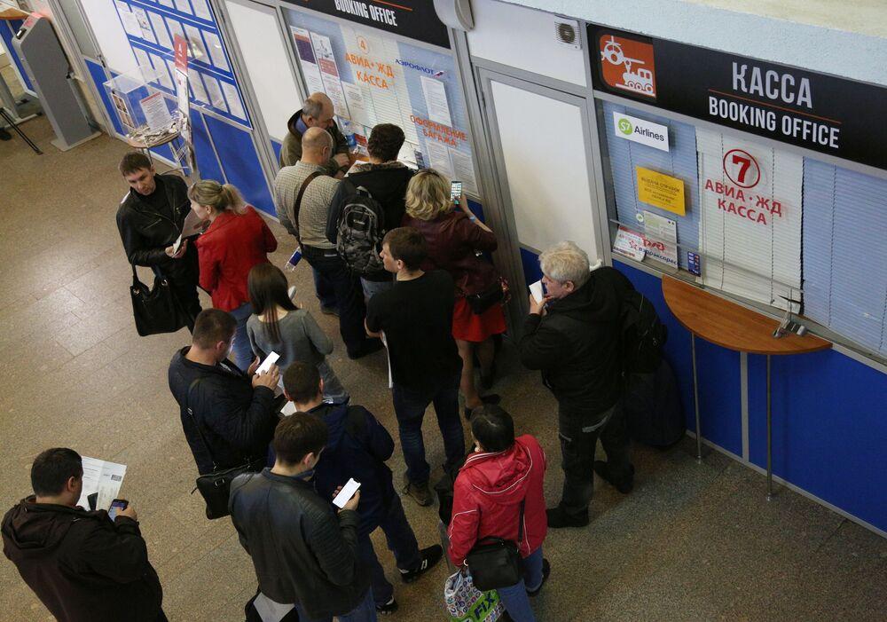 Pasażerowie przy kasach na lotnisku Szeremietiewo w Moskwie