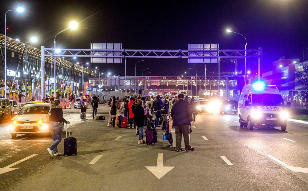 Pasażerowie na lotnisku Szeremietiewo w Moskwie