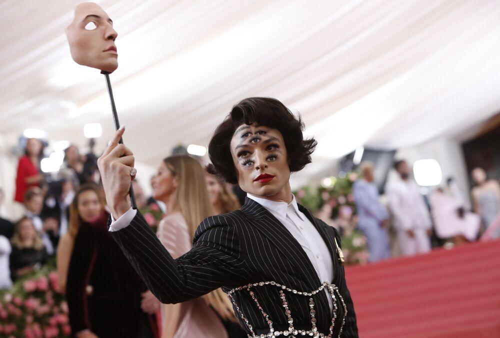 Aktor Ezra Miller z surrealistycznym makijażem na twarzy
