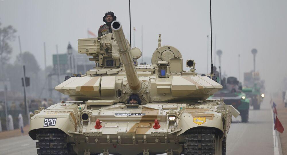 Czołg T-90 indyjskiej armii podczas parady na cześć Dnia Republiki w Nowym Delhi, Indie. Zdjęcie archiwalne