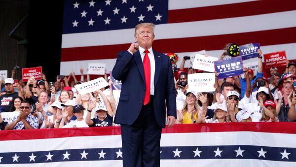 Prezydent USA Donald Trump podczas spotkania ze zwolennikami na Florydzie - Sputnik Polska