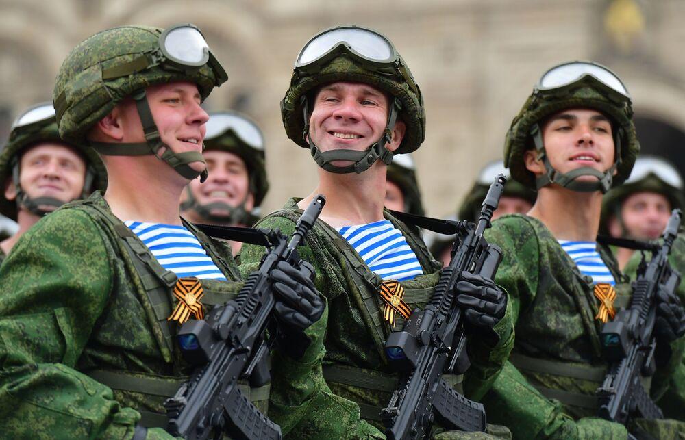 Żołnierze 331. pułku spadochronowego podczas defilady wojskowej na Placu Czerwonym