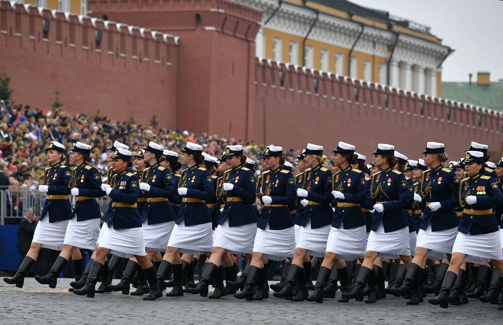 Żołnierki Ministerstwa Obrony Federacji Rosyjskiej podczas defilady na Placu Czerwonym