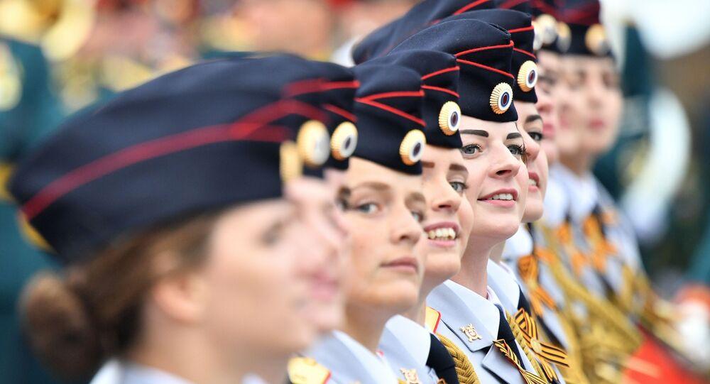 Studentki Uniwersytetu Moskiewskiego Ministerstwa Spraw Wewnętrznych Federacji Rosyjskiej podczas defilady na Placu Czerwonym