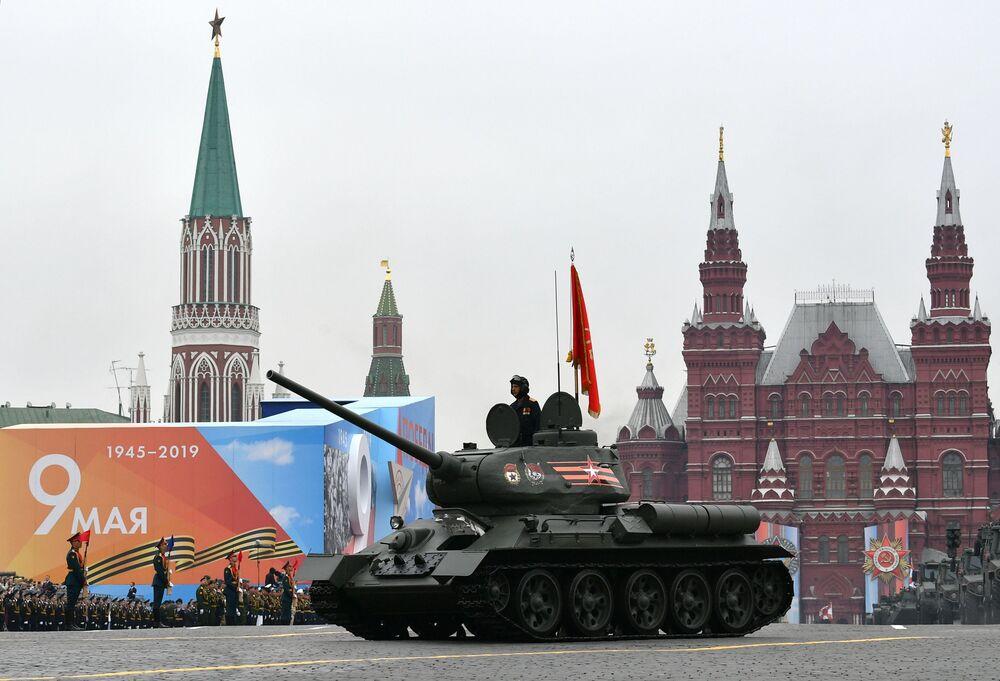 Czołg Т-34-85 podczas defilady na Placu Czerwonym w Moskwie