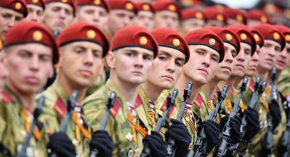 Żołnierze oddziałów rosyjskiej Gwardii Narodowej podczas defilady na Placu Czerwonym