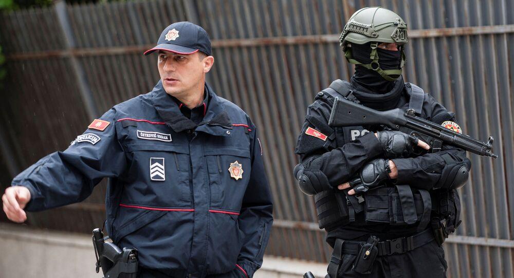 Policja pod budynkiem Najwyższego Sądu Wojskowego Czarnogóry