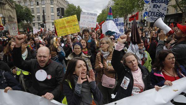 Manifestacja pracowników sektora państwowego w Paryżu - Sputnik Polska