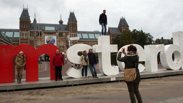 Turyści robią zdjęcia pod budynkiem Państwowego Muzeum Amsterdamu - Sputnik Polska
