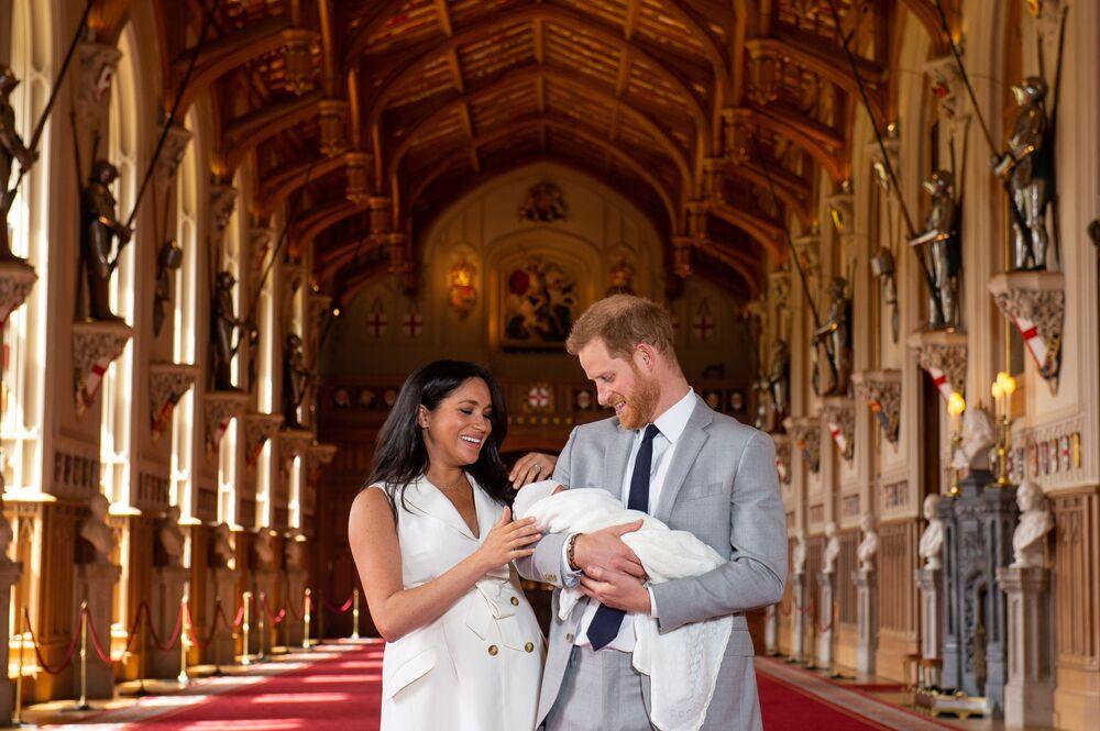 Książę Harry i Meghan Markle, księżna Sussexu, z nowonarodzonym synem.