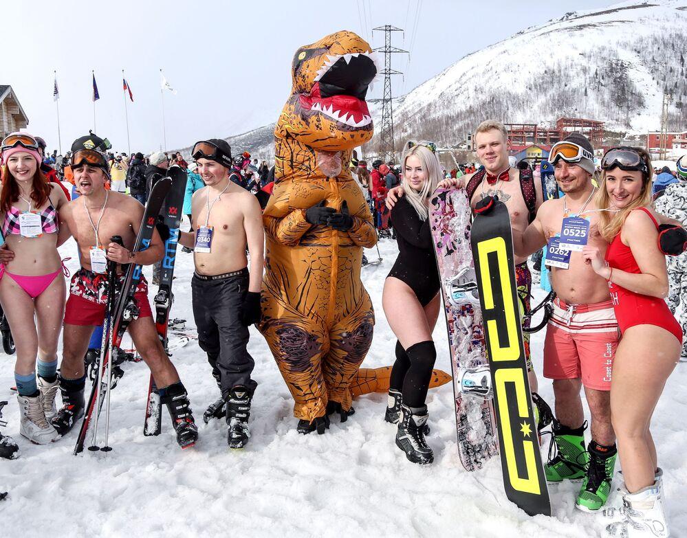 """Uczestnicy zjazdu w strojach kąpielowych """"Hibiny bikini 2019"""" na północnym stoku ośrodka narciarskiego Bolszoj Wudjawr w Kirowsku."""