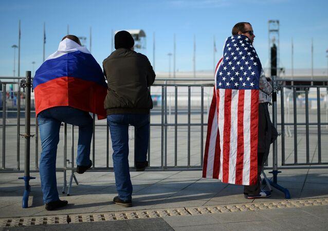 Ludzie z flagami Rosji i USA