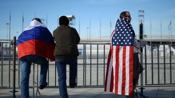 Ludzie z flagami Rosji i USA  - Sputnik Polska