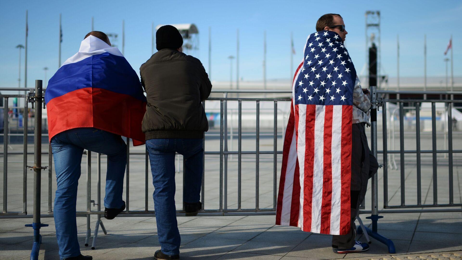 Ludzie z flagami Rosji i USA  - Sputnik Polska, 1920, 17.02.2021