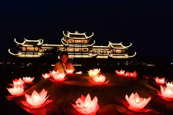 Buddyści podczas obchodów święta Vesak w Wietnamie   - Sputnik Polska
