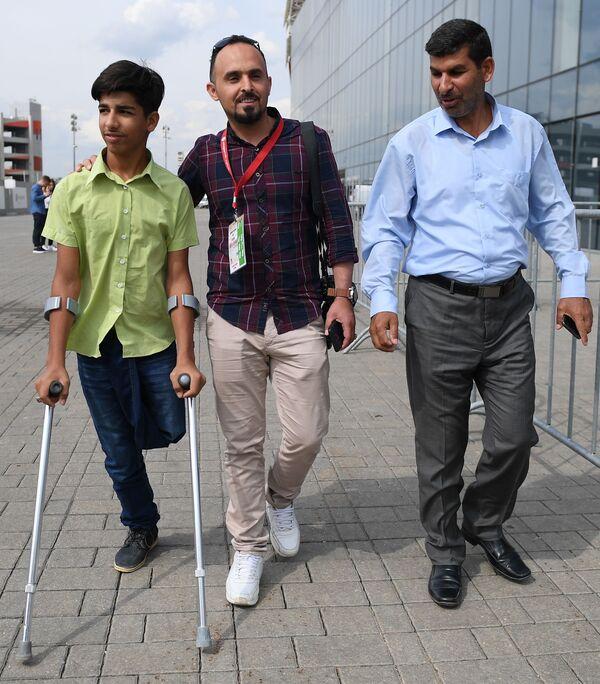 Kasim Alkadim z Iraku przed rozpoczęciem meczu piłki nożnej w Moskwie - Sputnik Polska