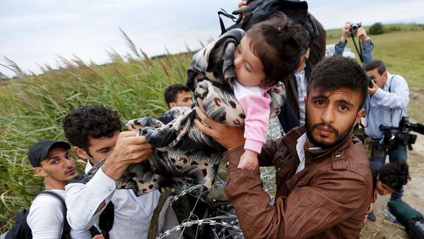 Syryjscy imigranci na węgiersko-serbskiej granicy - Sputnik Polska