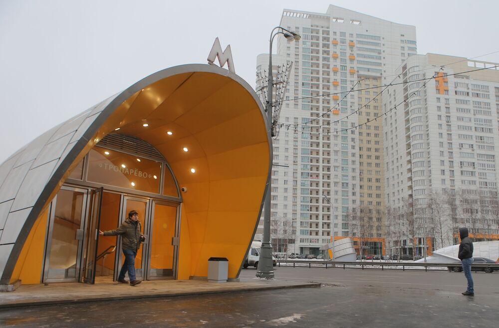Wejście do nowo otworzonej stacji moskiewskiego metra Troparewo, 2014 rok