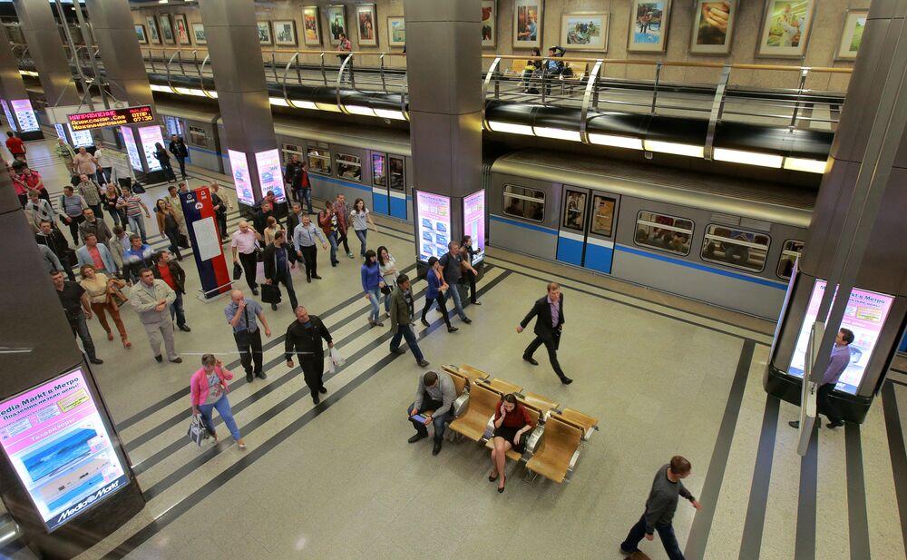 Witryny wirtualnego sklepu Media Markt na stacji metra Wystawocznaja, 2013 rok