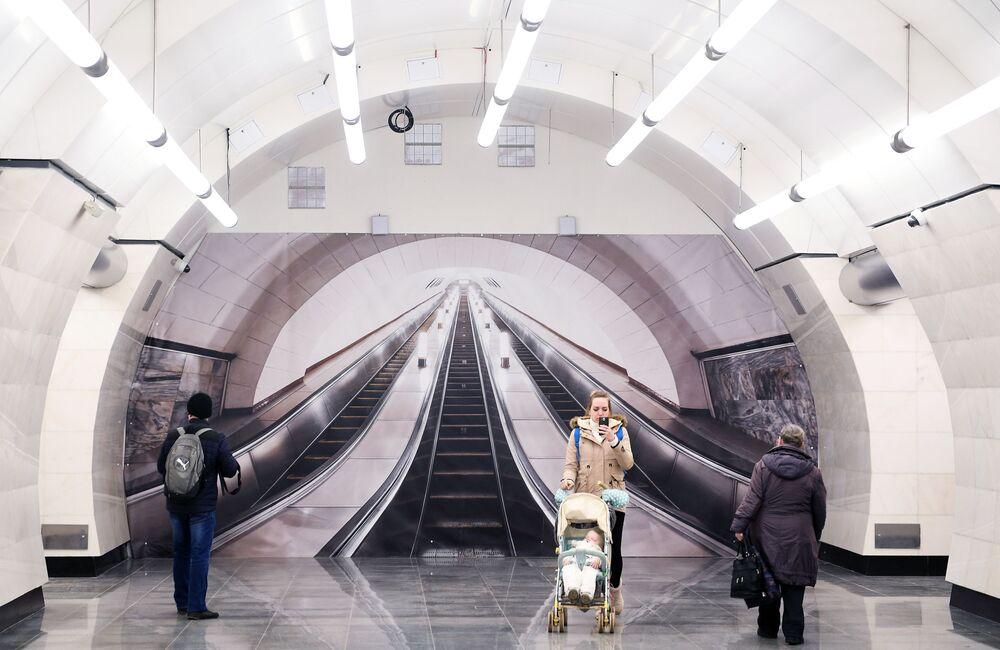 Pasażerowie na stacji moskiewskiego metra Okrużnaja
