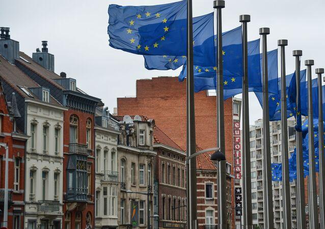 Flagi z symboliką UE przed budynkiem Komisji Europejskiej w Brukseli.